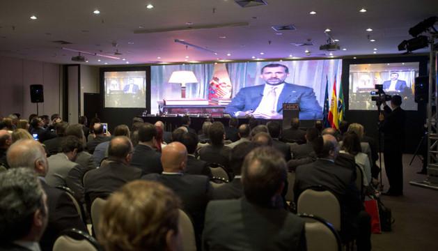 Los asistentes al Foro Empresarial España-Brasil ven un video del príncipe Felipe