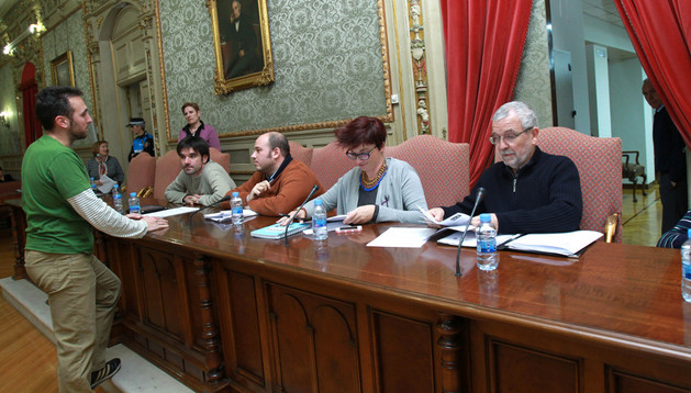 Patxi Repáraz (I-E), de pie, charla con Eneko Larrarte (I-E) y Alberto Cornago (PSN) en presencia de los también socialistas Ruth de Rioja y Manuel Campillo
