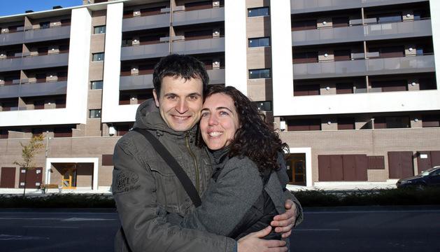 Mikel Ibarra Arce y Beatriz Martínez Rivas, delante de su nueva casa, en Entremutilvas.