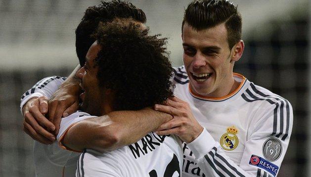Marcelo y Arbeloa celebran el gol de Gareth Bale