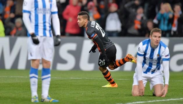 Teixeira celebra su gol ante los jugadores derrotados de la Real