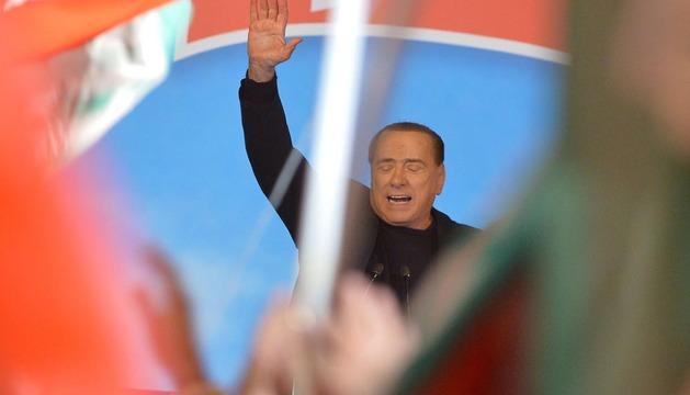 Berlusconi se dirige este miércoles a los seguidores congregados a las puertas de su residencia privada