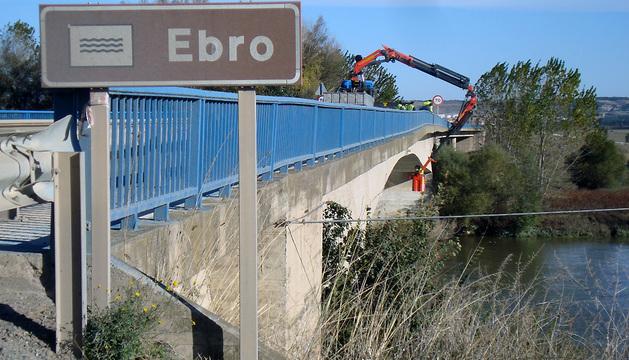 Operarios trabajan en la reparación del puente.