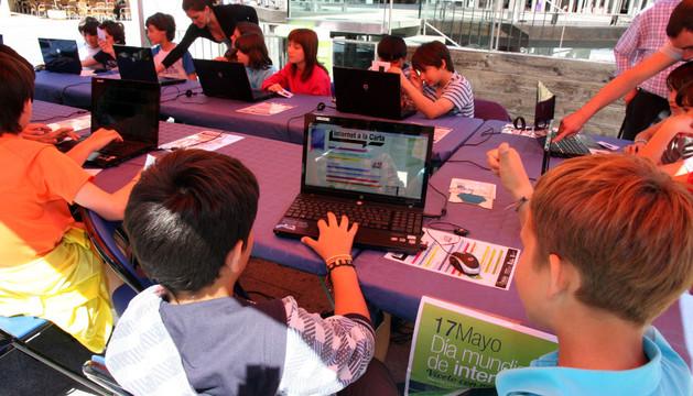 Varios niños en un curso de internet en Tudela