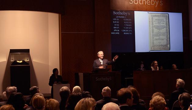 Momento de la subasta del libro en la casa Sotheby's de Nueva York.