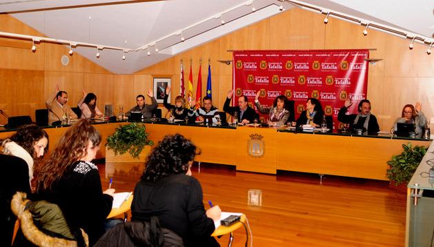 Los concejales del Ayuntamiento de Tafalla votan uno de los puntos del pleno de este martes