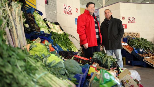 De izda. a dcha.: José Aguado y Jesús Álava entre verduras de Tudela