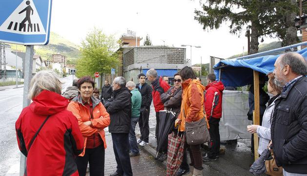 Extrabajadores y familiares concentrados en la puerta de Inasa en mayo.