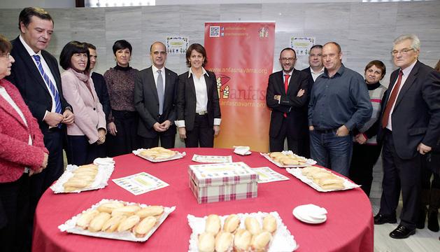 Alberto Catalán y Yolanda Barcina, flanqueados por los miembros de la Mesa Maite Esporrín, Txentxo Jiménez y Koldo Amezketa.
