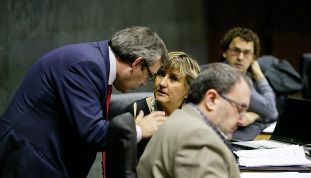 Javier Caballero conversa con Marisa de Simón, en presencia de José Miguel Nuin y Txema Mauleón (al fondo).