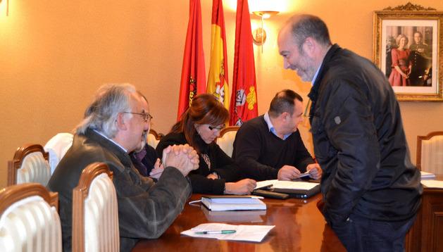 Emilio Cigudosa se dirige a los concejales regionalistas minutos antes de comenzar el pleno