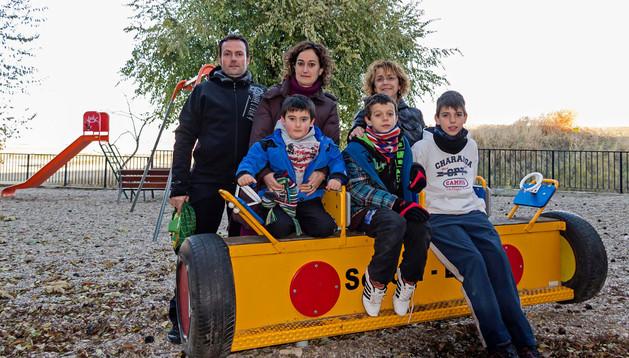 El parque de todos. Coro Gómez Baquedano detrás desde la derecha en el parque infantil que forma parte de la oferta de servicios del centro del pueblo. Junto a ella, su hijo y otros compañeros y vecinos