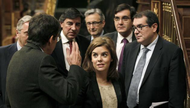 Soraya Sáenz de Santamaría, rodeada de diputados