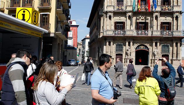 Turistas en la plaza del Ayuntamiento de Pamplona
