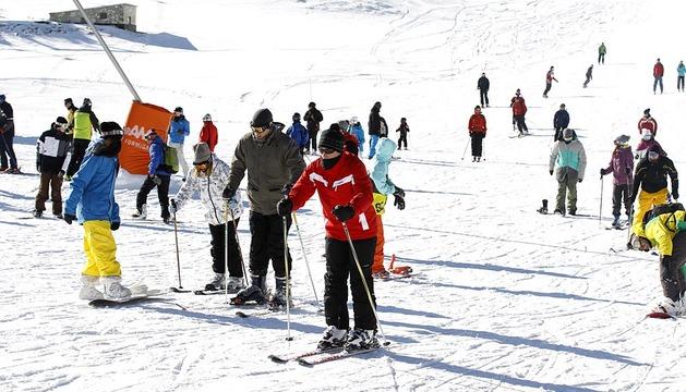 Estaciones de esquí como Formigal abrieron sus puertas este viernes a la nueva temporada de invierno, con paisajes cubiertos de nieve y una notable afluencia de visitantes.