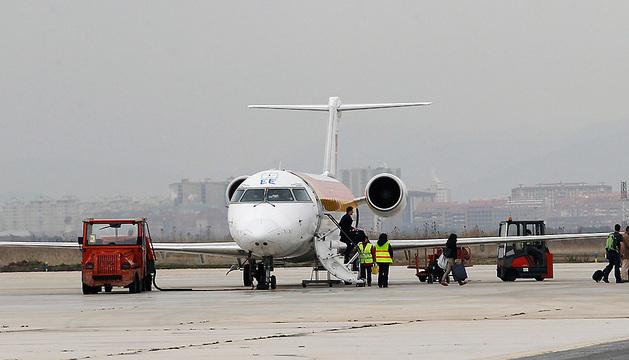 Personal de tierra realiza las tareas de mantenimiento tras la llegada de un vuelo a Noáin.
