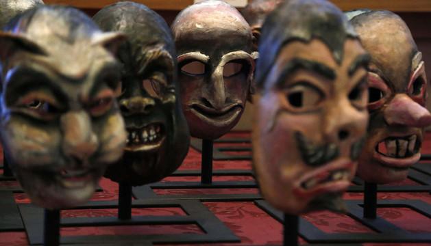 Parte de las máscaras que saldrán a subasta en diciembre