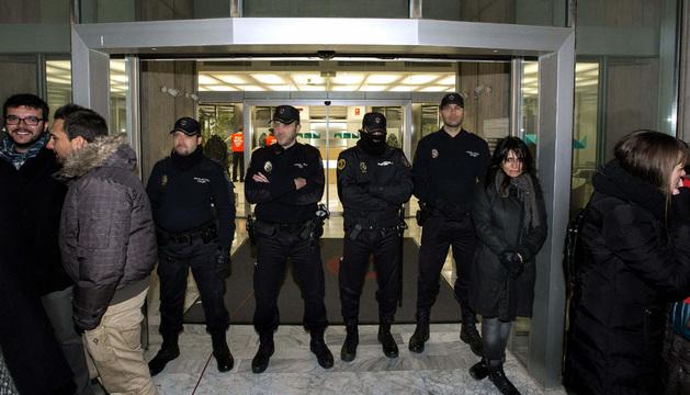 Varios miembros de la Policía Nacional impiden la entrada a los trabajadores del turno de noche de RTVV.