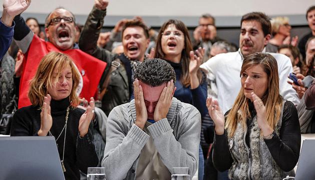 Trabajadores de Radiotelevisión Valenciana, que se encontraban emitiendo en directo, en el momento en el que se ha producido el corte definitivo de la señal.