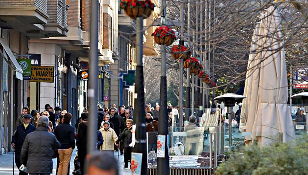 Cientos de pamploneses realizan sus compras navideñas