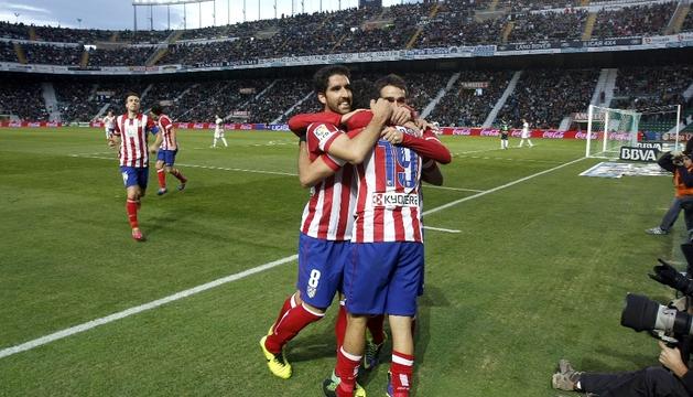 Raúl García y Adrián felicitan a Diego Costa
