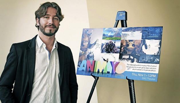 El realizador canario y director del Festival Internacional de Cine de Animación, Efectos especiales y Videojuegos Animayo, Damián Perea, junto al cartel de la última edición de este certamen