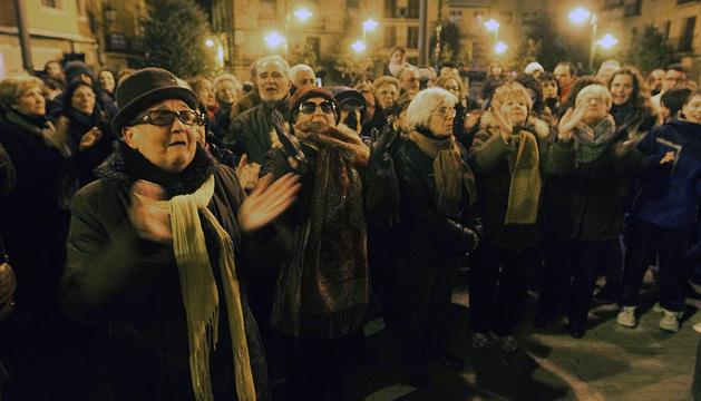 Vecinos de la localidad de Borja, durante la concentración que han realizado en la plaza de este pueblo en apoyo a su párroco, Florencio Garcés.