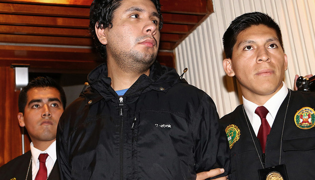 Dos agentes de la policía peruana que custodian a Arturo Dodero Tello, alias