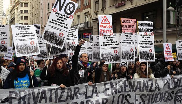 Participantes en la manifestación convocada por la Plataforma por la Escuela Pública contra la reforma educativa y los