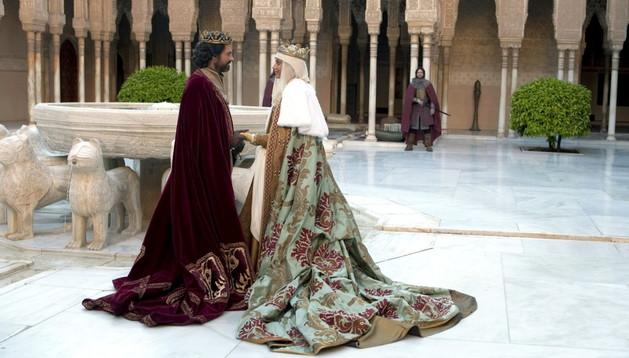 Los actores Michelle Jenner (d) y Rodolfo Sanch (i), durante el rodaje, en la Alhambra de Granada, de la segunda temporada de la serie 'Isabel'