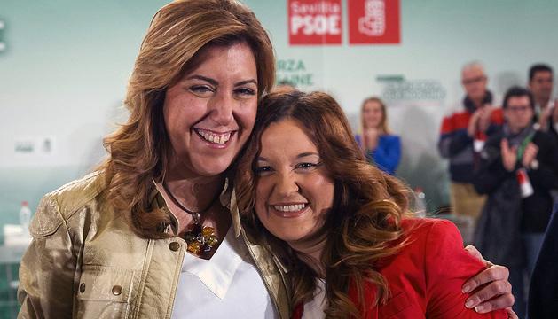 La presidenta andaluza, Susana Díaz (i) abraza a la diputada autonómica Verónica Pérez.
