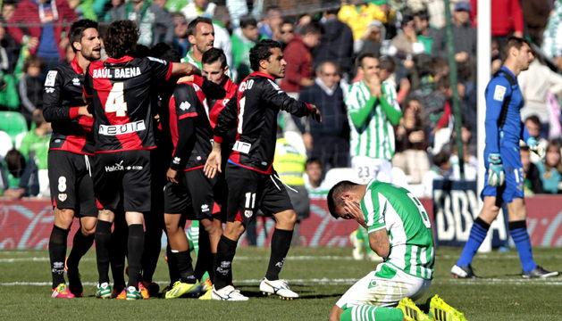 Los jugadores del Rayo celebran el gol del empate