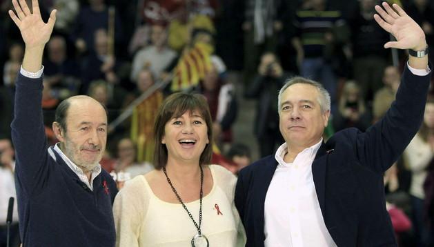 El secretario general del PSOE, Alfredo Prez Rubalcaba, junto al líder del PSC, Pere Navarro (d) y la secretaria general de los socialistas baleares, Francina Armengol (c)