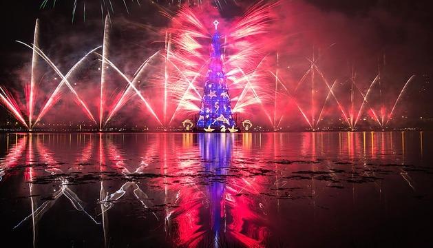 El mayor árbol de Navidad flotante del mundo