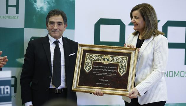 José Barreira recibe el premio de manos de la ministra de trabajo Fátima Báñez.