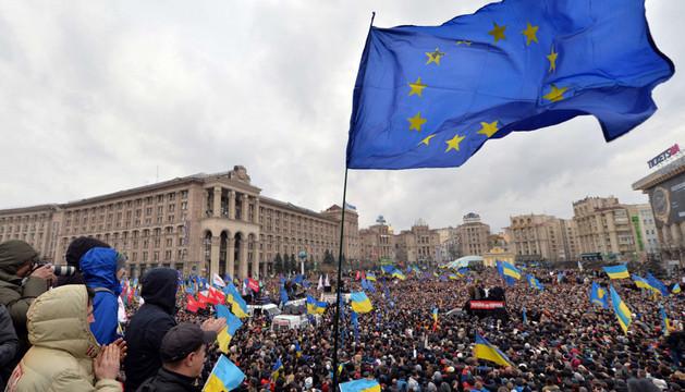 Miles de manifestantes protestan en la plaza de la Independencia de Kiev