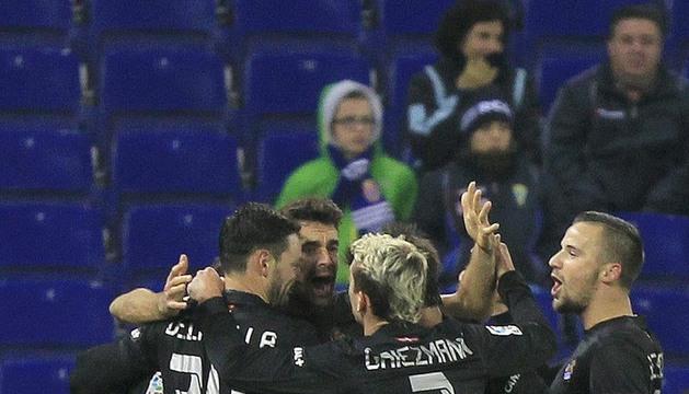Los jugadores de la Real Sociedad celebran el segundo gol ante el Espanyol
