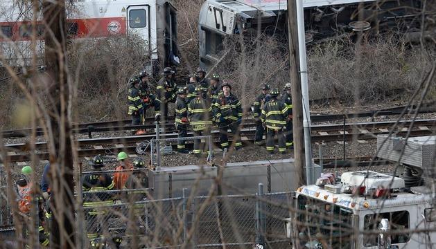 Bomberos de Nueva York, en el escenario del accidente.