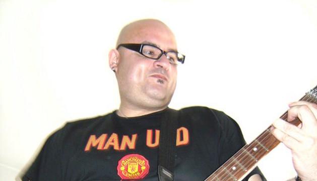 El padre Vicente Espluges, tocando la guitarra