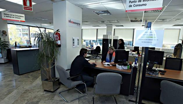 Un joven realiza una consulta en el Punto de Información al Consumo del Gobierno de Navarra, en los Edificios Inteligentes