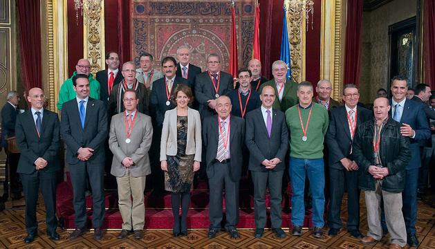Barcina y el resto de autoridades, con quienes han recibido una medalla de plata.