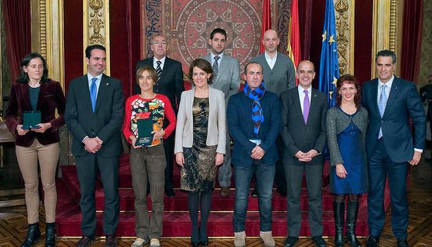 Barcina y el resto de autoridades, con las personas galardonadas con una mención de honor.