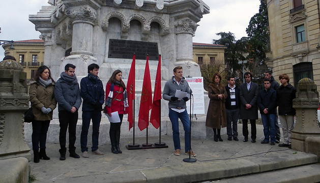 Miembros de Juventudes Navarras y Yolanda Barcina este lunes frente a la Estatua de los Fueros de Pamplona