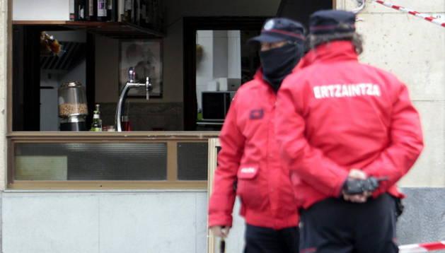 Agentes de la Ertzaintza ante el bar de la calle Biarritz, en el barrio bilbaíno de Rekalde