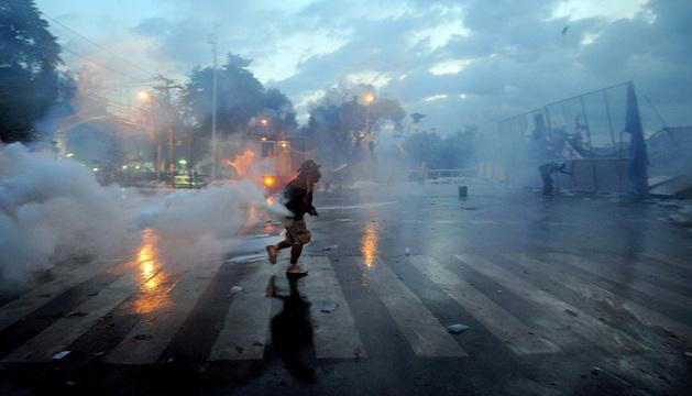 Los enfrentamientos entre la Policía y los manifestantes se repitieron por segundo día consecutivo en Bangkok.