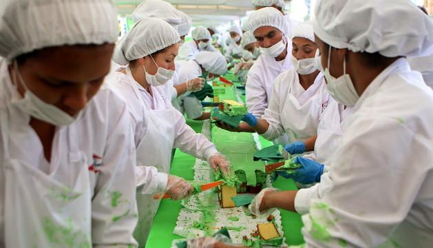 Un grupo de personas corta el pastel de 606 metros