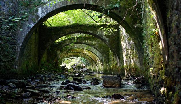 El río Arga pasa por debajo de los arcos de la Real Fábrica de Armas de Eugi