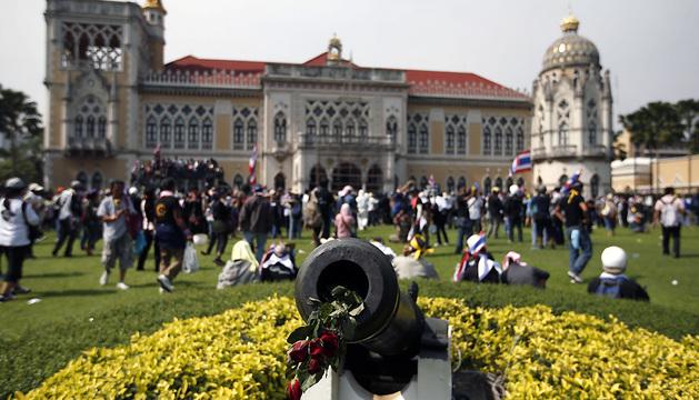 Manifestantes ocupan los jardines de la Casa de Gobierno en Bangkok (Tailandia).