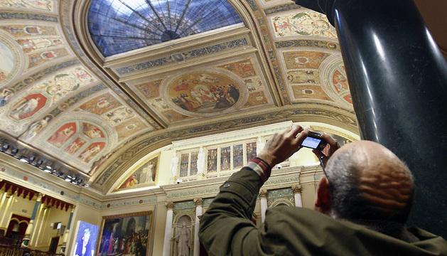 Un visitante fotografía el techo del Congreso de los Diputados este martes.