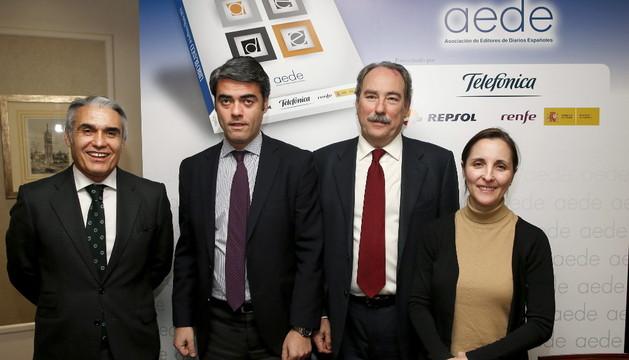 Luis Enríquez , segundo por la izquierda, en la presentación del Libro Blanco de la Prensa Diaria.
